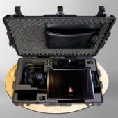 Intérieur de la valise de réalité virtuelle avec casque et ordinateur portable