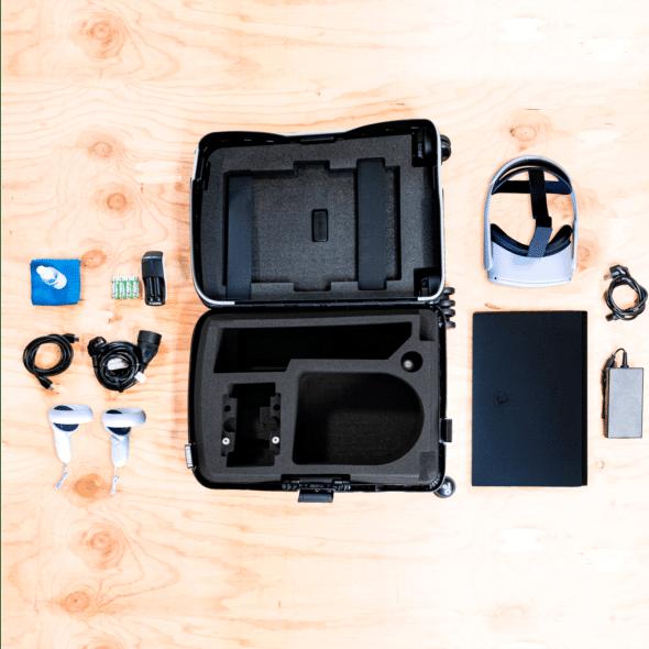 Intérieur de la valise de réalité virtuelle avec casque oculus quest 2 et ordinateur portable