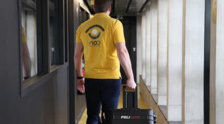 Personnage professionnel transportant une valise malette de réalité virtuelle