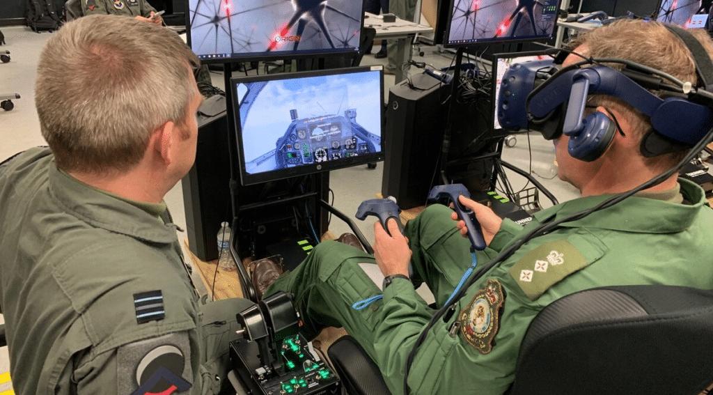 Formation de pilotes de chasse qui se forme au maniement d'un avion ou de nouvelles fonctionnalités avec un casque de réalité virtuelle HTC VIVE PRO eye.