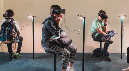 Photo de plusieurs personnes qui vivent une expérience de réalité virtuelle lors d'un événement.